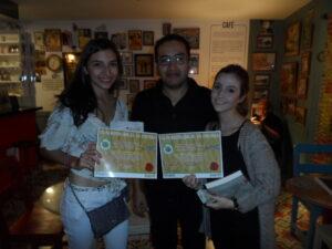 Alfredo Madrid premiando a las ganadoras de la categoría Crónica